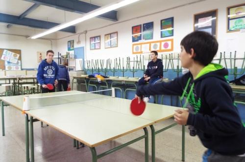Mentre, dins les aules, regnava el ping-pong.